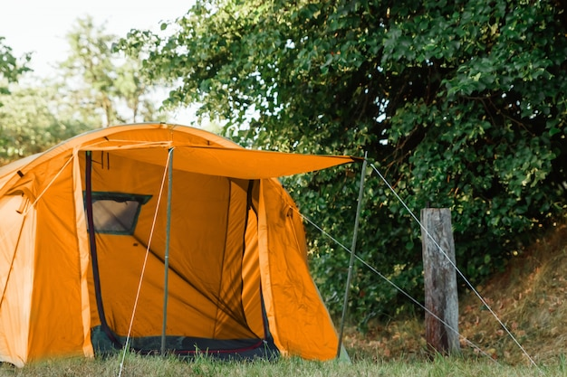 Tenda nella foresta d'autunno, casa per avventure e viaggi Foto Premium