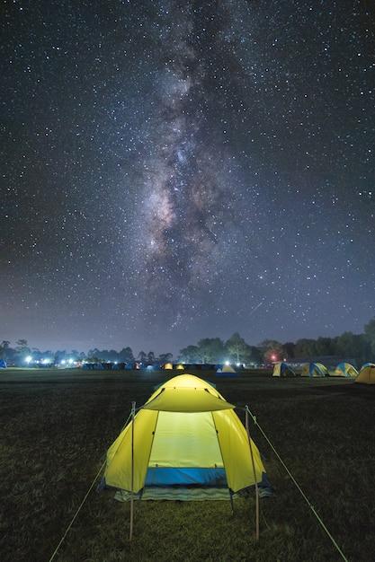 Tenda turistica illuminata sotto il bel cielo notturno pieno di stelle e via lattea Foto Premium
