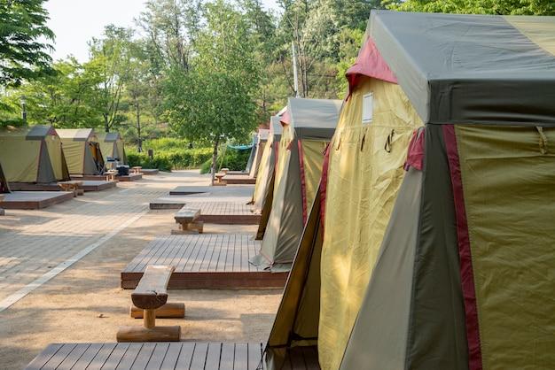 Tende nel campeggio pronte per essere utilizzate da tutti. Foto Premium