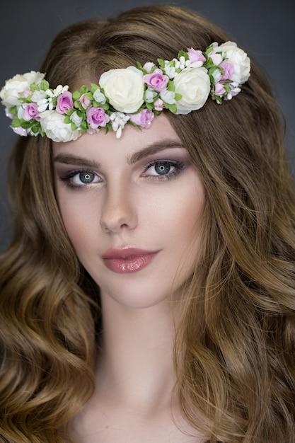 Tenero ritratto di bellezza della sposa con ghirlanda di fiori nei capelli Foto Premium