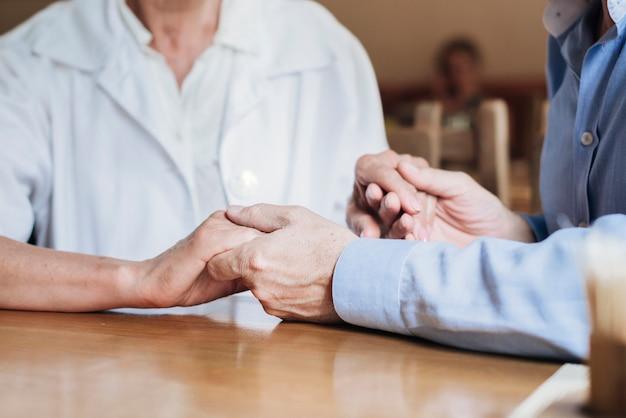 Tenersi per mano degli anziani del primo piano Foto Gratuite