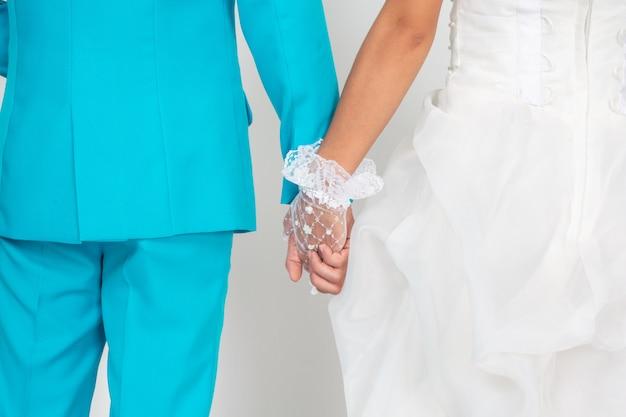 Tenersi per mano della coppia sposata. Foto Gratuite