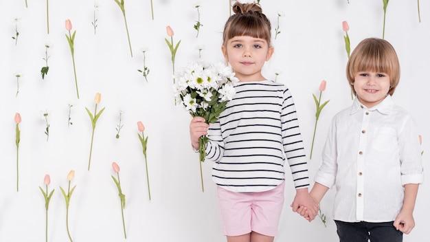Tenersi per mano della ragazza e del ragazzino Foto Gratuite