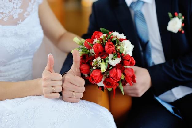 Tenersi per mano dello sposo e della sposa Foto Premium