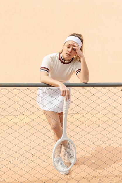 Tennis della donna che ha una pausa Foto Gratuite