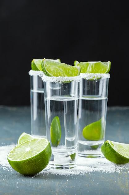 Tequila messicana in bicchierini con lime e sale Foto Premium