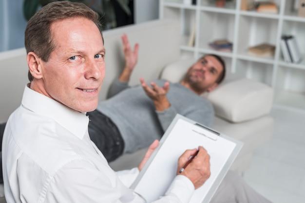 Terapeuta con paziente Foto Gratuite