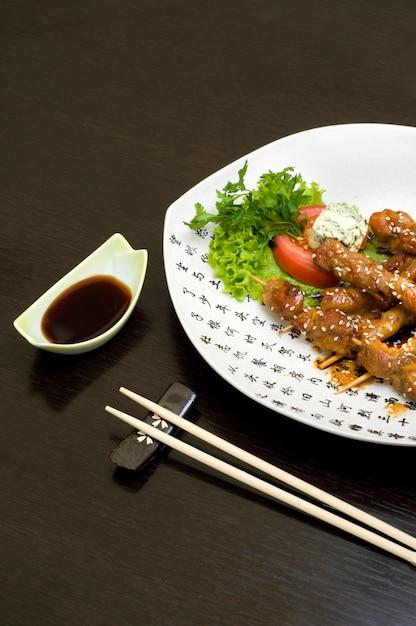 Teriyaki di pollo sul piatto bianco, sacco di copyspace Foto Premium