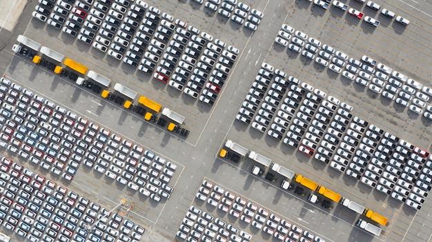 Terminale di esportazione di nuove automobili di vista aerea, auto nuove in attesa di esportazione di importazione nel porto di mare profondo. Foto Premium