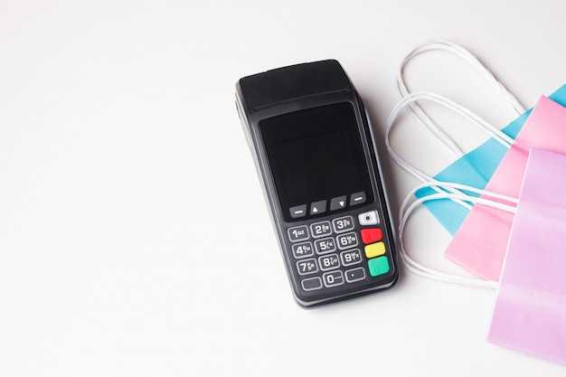 Terminale di pagamento con sacchetto della spesa di carta. vista dall'alto Foto Premium