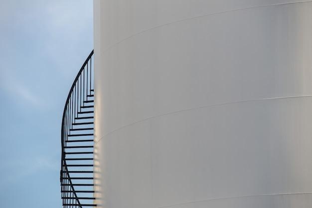 Terminale di petrolio su cielo blu Foto Premium