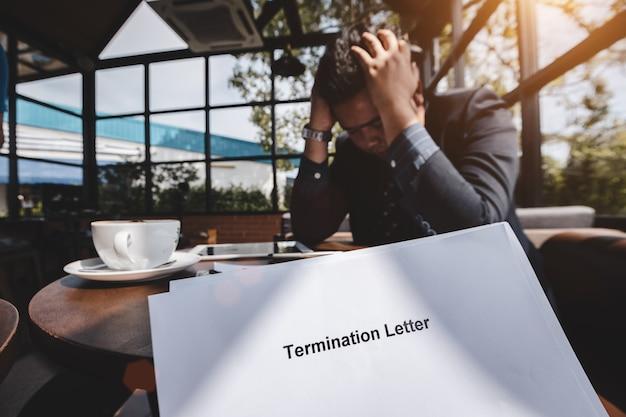 Termine del rapporto di lavoro e di licenziamento, uomo d'affari stressato sentirsi giù dopo la risoluzione ricevuta Foto Premium