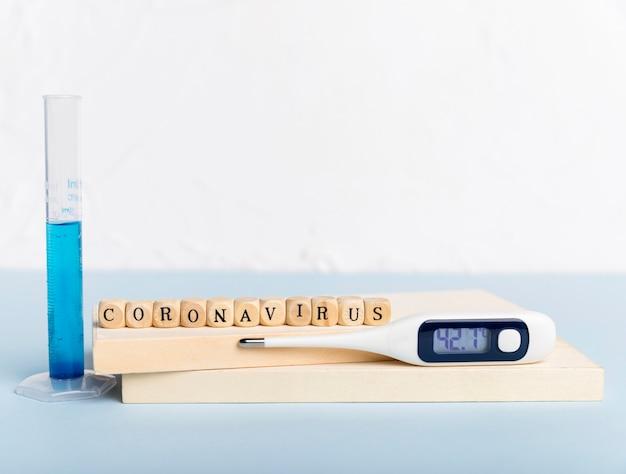 Termometro con concetto di coronavirus Foto Gratuite