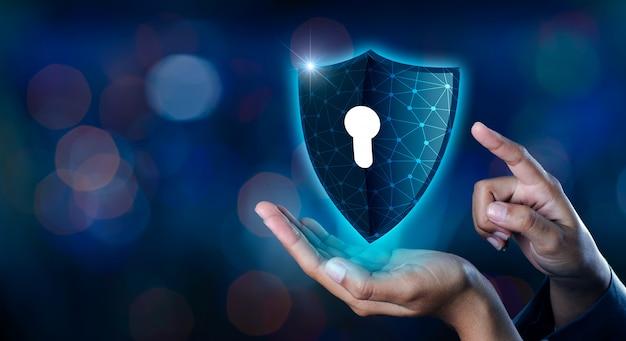 Terra poligono maglia mondo gli uomini d'affari del mondo si stringono la mano per proteggere le informazioni Foto Premium