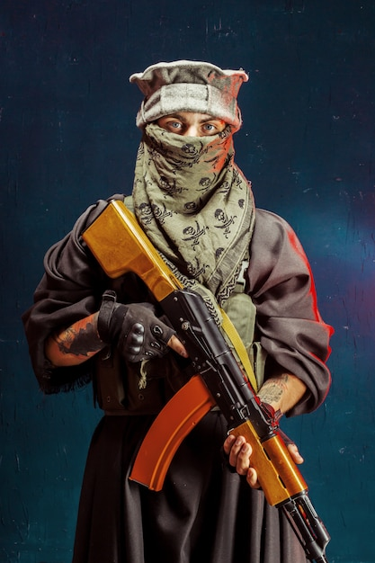 Terrorista con la sua arma. sul terrorismo Foto Premium