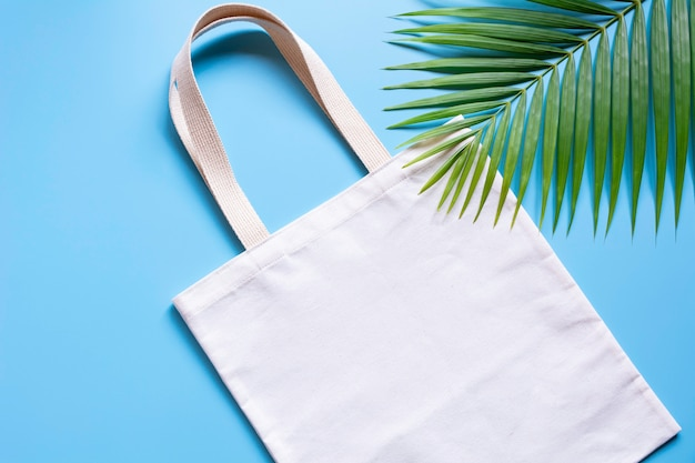 Tessuto di tela bianca. mockup del sacco dello shopping del panno con lo spazio della copia. Foto Premium