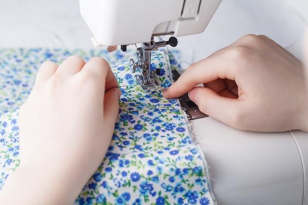 Tessuto per cucire donna sulla macchina per cucire Foto Premium
