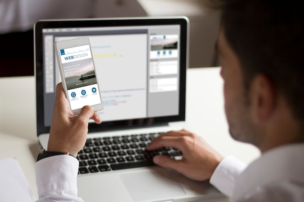 Test del web design su smartphone Foto Premium