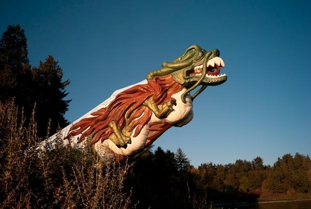 Testa del drago scolpita a stanley park vancouver, columbia britannica, canada Foto Premium