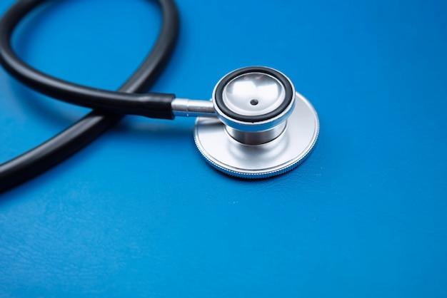 Testa del primo piano dello stetoscopio, luce confusa intorno Foto Premium