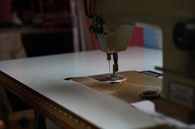 Testa della macchina per cucire sul tavolo Foto Premium