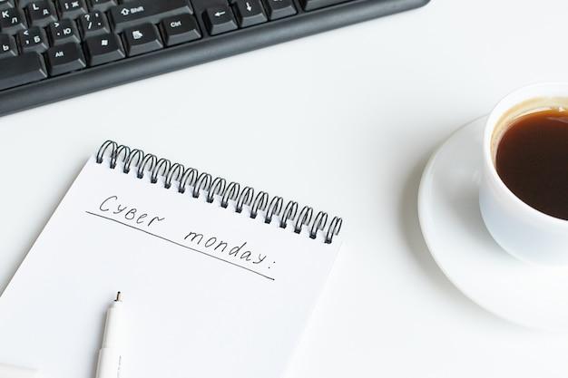 Testo cyber lunedì scritto su taccuino aperto, sketchbook. vista piana, vista dall'alto, copia spazio. Foto Premium