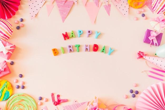 Testo di buon compleanno con il concetto di partito su sfondo colorato Foto Gratuite