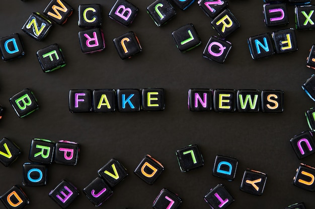 Testo di notizie false su cubi neri Foto Premium