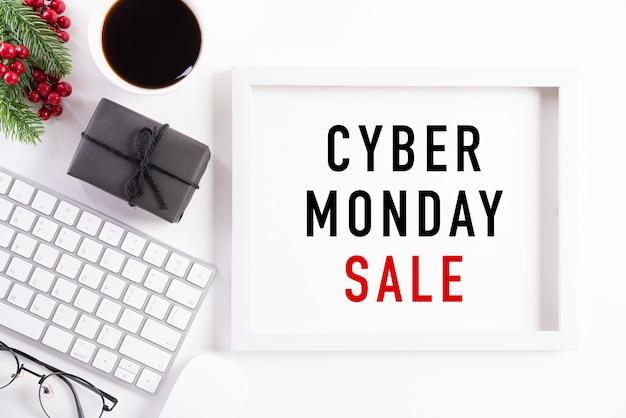 Testo di vendita di cyber monday sulla decorazione bianca della cornice Foto Premium