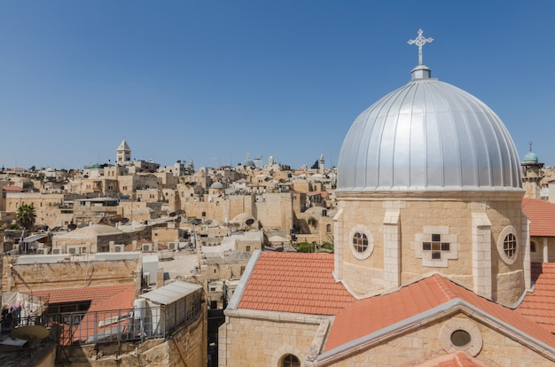 Tetti della città vecchia di gerusalemme, tra cui la cupola della madonna dello spasmo in primo piano Foto Premium
