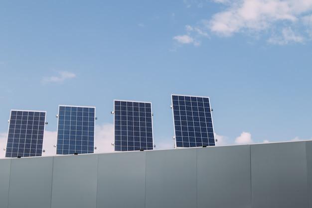Tetto a pannelli solari. energia verde, energia alternativa rinnovabile Foto Premium
