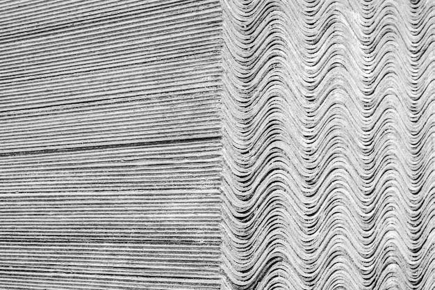 Texture di sfondo. i fogli di ardesia si trovano uno sopra l'altro e formano una superficie diritta e ondulata. Foto Premium