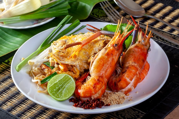 Thai fried noodles con gamberetti (pad thai) Foto Premium