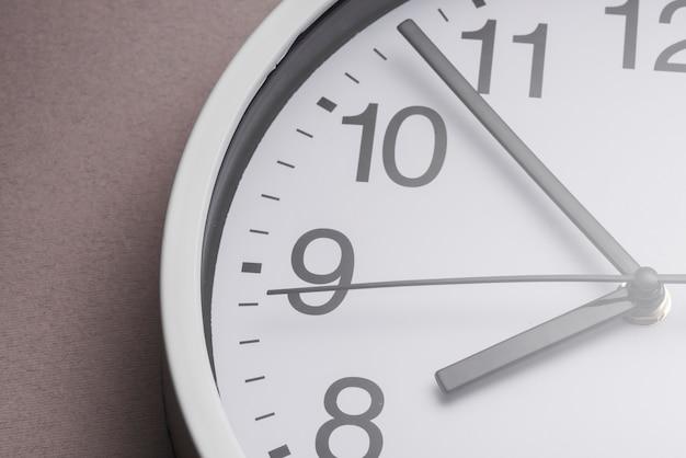 Ticchettio dell'orologio bianco del primo piano che mostra 8'oclock Foto Gratuite