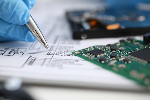 Tiene la mano maschile del riparatore Foto Premium