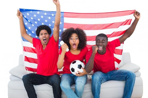 Tifosi incoraggianti nella seduta rossa sullo strato con la bandiera degli sua su fondo bianco Foto Premium