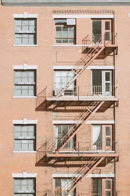 Tipica scala antincendio negli edifici di new york Foto Premium
