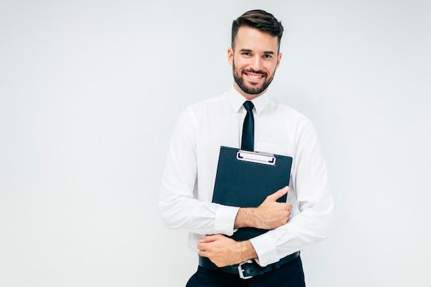 Tirante sorridente bello di affari con la cartella Foto Gratuite