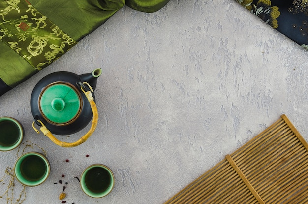Tisana orientale con tessuto asiatico e tovaglietta su sfondo strutturato Foto Gratuite