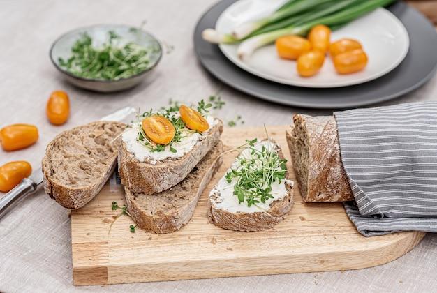 Toast con crema di formaggio e micro insalata, concetto di cibo sano Foto Premium