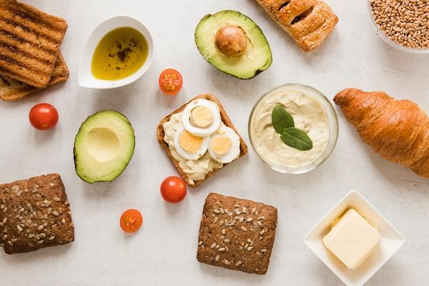 Toast piatto con uova di hummus e avocado Foto Gratuite