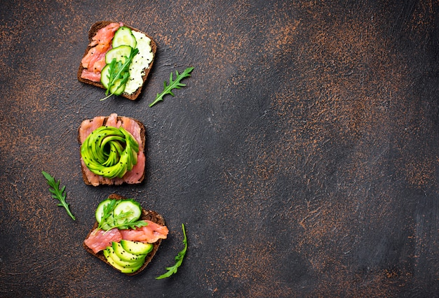 Toast sani con salmone e rosa di avocado Foto Premium