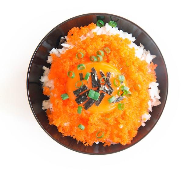 Tobiko don riso con tuorlo d'uovo sormontato alghe e cipolline. Foto Premium