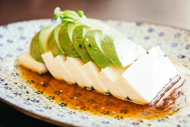Tofu e avocado Foto Gratuite