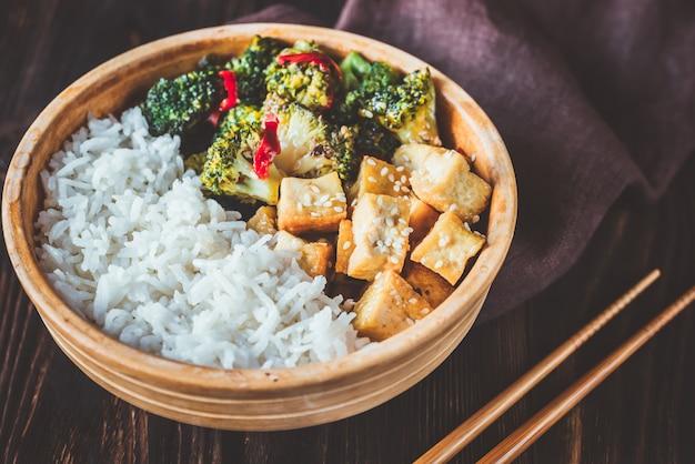 Tofu e broccoli saltati in padella con riso bianco Foto Premium