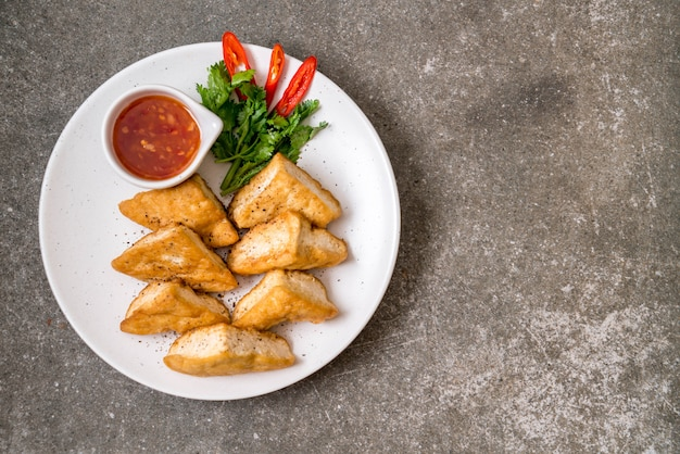 Tofu fritto - cibo vegano Foto Premium