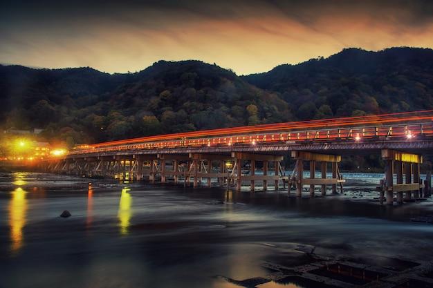 Togetsukyo bridge al crepuscolo, arashiyama Foto Premium