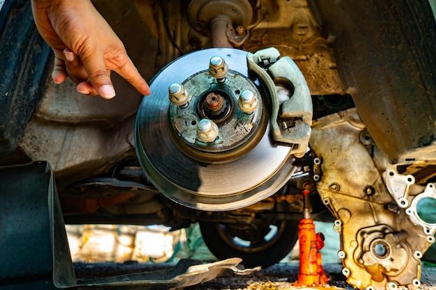 Togliere le ruote dell'auto per la riparazione dell'auto Foto Premium