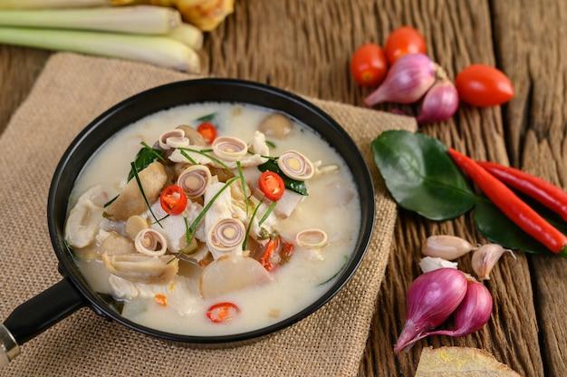 Tom kha kai in padella con foglie di lime kaffir, citronella, cipolla rossa, galanga e peperoncino. Foto Gratuite