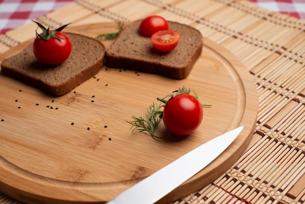 Tomates con pane nero e verde per il pranzo Foto Premium